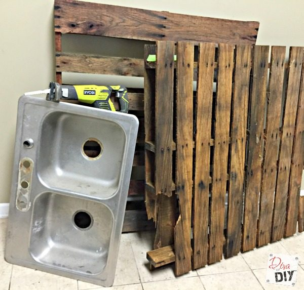 how-to-repurpose-pallets-and-an-old-sink-into-a-patio-drink-station-diva-of-diy-featured-on-remodelaholic