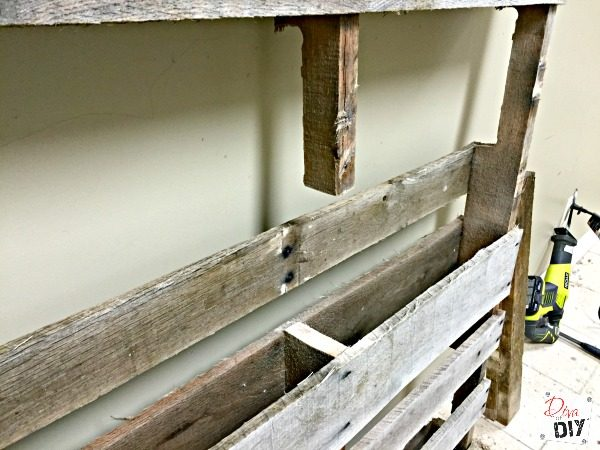 diy-an-outdoor-drink-station-using-pallets-and-an-old-sink-diva-of-diy-featured-on-remodelaholic