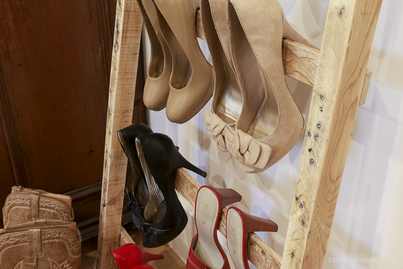 free-pallet-blanket-ladder-diy-tutorial-also-great-for-storing-shoes-remodelaholic-9147