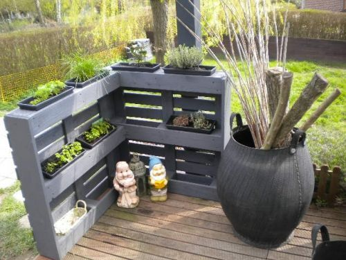 patio-corner-planter-privacy-fence-made-from-pallets-original-image-source-unknown