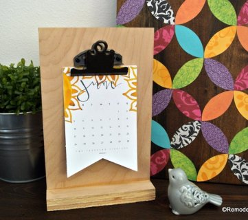 Free Printable 2018 Desk Calendar Plus Easy DIY Desktop Calendar Stand Or Photo Display @Remodelahol (5)