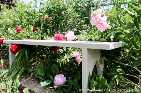 DIY Outdoor Project Plans and Tutorials: Farmhouse Garden Bench