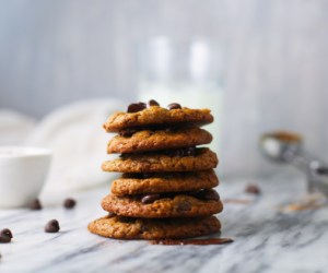Vegan Chocolate Chip Cookies - Super easy recipe and with ingredients you already have on hand. Learn how to make vegan cookies that are incredibly delicious.