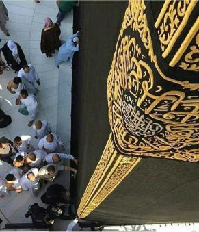 top corner of the kabah with people on the bottom