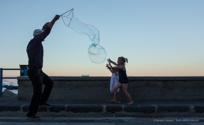"""The man of the giant soap bubbles"". Salina, 27 agosto 2014 - Canon PawerShot G1 X, 18mm, 1/800 ƒ/5 ISO 800"