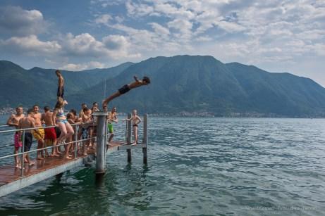 Bagnanti. Ossuccio Lario, 27 luglio 2015. Nikon D810, 24.0mm (24.0 mm ƒ/1.4) 1/200sec ƒ/8 ISO 64