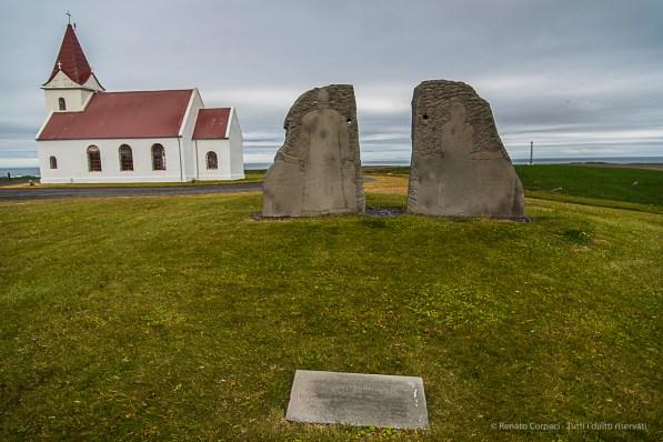 Un monumento tombale vicino alla chiesa di Ingjaldsholl. Nikon D810, 24 mm (24-120.0 mm ƒ/4) 1/250 sec ƒ/4 ISO 64