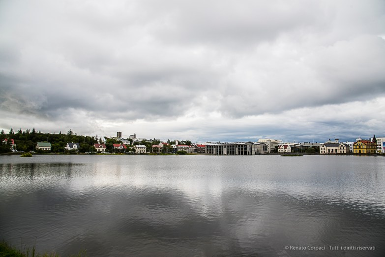 The Tjörnin (Pond), view from the Skothúsvegur bridge. Nikon D810, 28.0mm (24-120.0mm ƒ/4.0) 1/250 sec ƒ/8 ISO 400