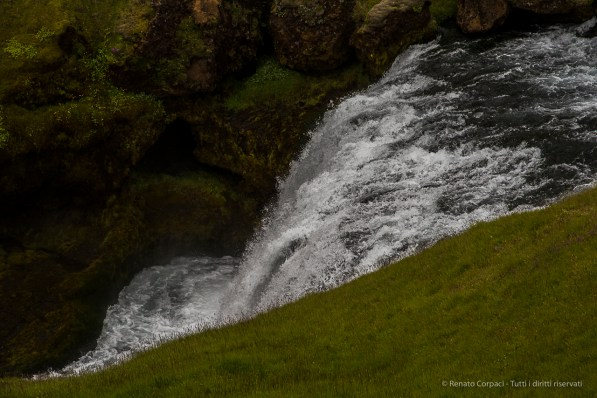 At the eastern side of Skógafoss, a hiking and trekking trail follows the river and a series of fascinating subsequent waterfalls. Eventually, the trail leads to Þórsmörk and continues to Landmannalaugar (see part 5 of our tour). Nikon D810, 120 mm (24-120.0 mm ƒ/4) 1/1000 sec ƒ/8 ISO 400