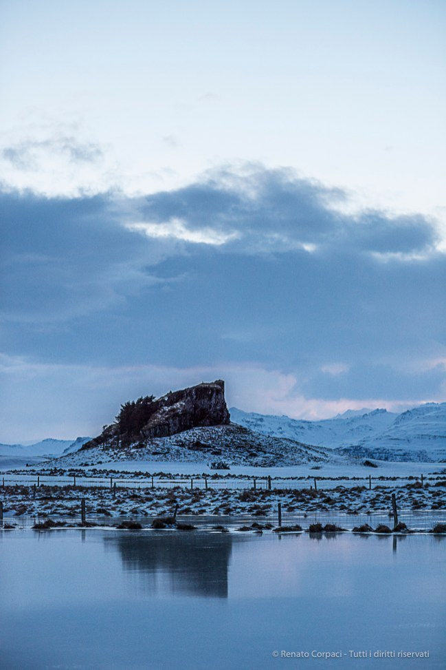 A large rock near Nypugardar (Höfn). Nikon D810, 85 mm (85.0 ƒ/1.4)
