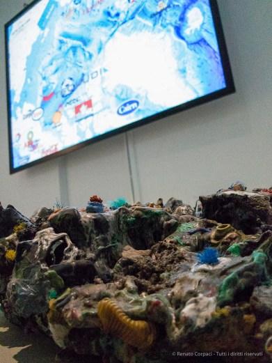 "Maarten Vanden Eynde ""Plastic Reef"", 2005-2012. On the wall: Olga Kisseleva La conquête de l'Arctique 2011. Canon G1 X, 1/400"" ƒ/2.8 ISO 6400"