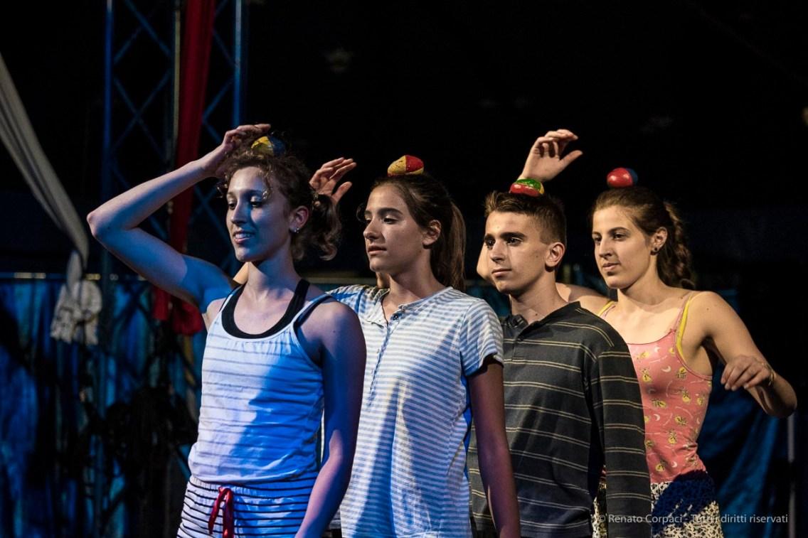 """Milano. Piccola scuola di circo. «Hypnos» - Spettacolo dei ragazzi delle scuole superiori. Nikon D750 140 mm (80-400.0 mm ƒ/4.5-5.6) 1/320"""" ƒ/5.6 ISO 6400"""
