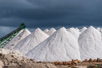 The bulk production of salt concerns the industrial material, used to purify the island drinking-water from calcium that also tends to clog all electrical resistance such as in dish-washers and in washing-machines. Salinas d'Es Trenc, isola di Mallorca. Nikon D750, 220 mm (80.0-400.0 mm ƒ/4.5-5.6) 1/3200 ƒ/5.3 ISO 250
