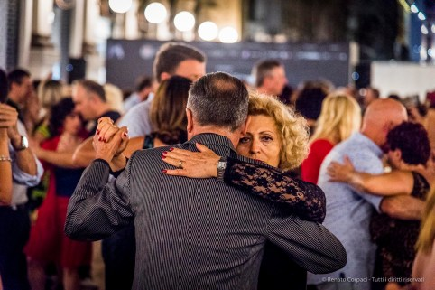 An evening of Tango in the Milano, Galleria Vittorio Emanuele II, June 2018. Nikon D810, 120 mm (24-120 mm ƒ/4) 1/125 mm ƒ/4 ISO 10000