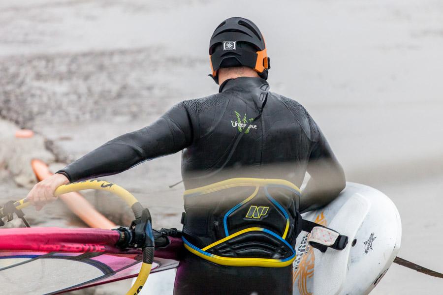 Foto a mezzo busto di un surfista a Porto Maurizio