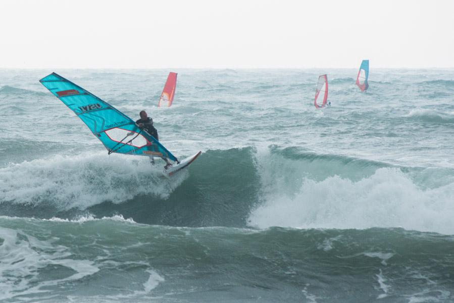 Foto di un surfista in azione
