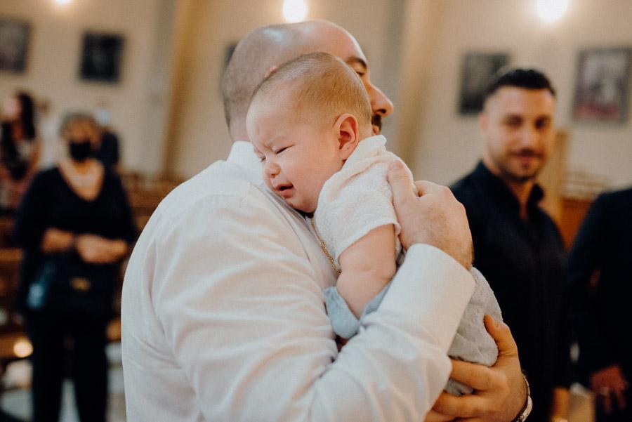 foto di Edoardo con il papà durante il battesimo