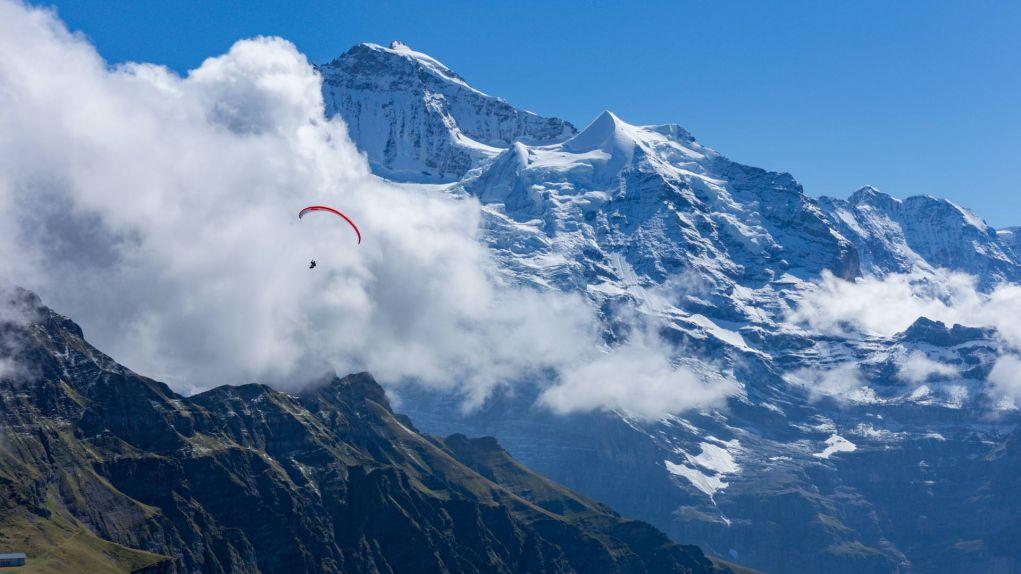 Gleitschirmflieger mit Panorama