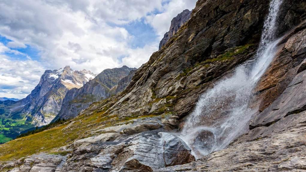Kleiner Wasserfall mit dem Wetterhorn im Hintergrund