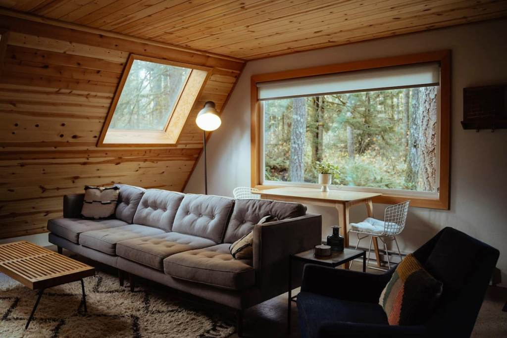 24 Dreamy Oregon Cabins You Can Rent - Niksen House Living Room
