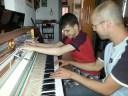 Samen de piano ontdekken met doofblinde Hazem