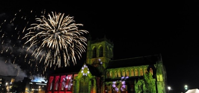 Pop-tastic fireworks wow thousands in Paisley town centre