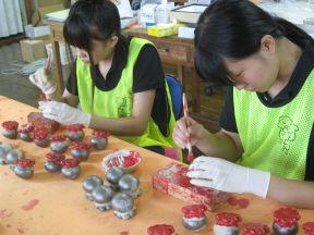 Des étudiantes de l'Université de Tohoku Fukushi fabriquent un presse papier de pieuvre pour porter bonheur aux étudiants qui préparent l'examen d'entrée.