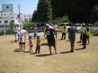 Etudiantes de l'université de Tohoku Fukushi qui jouent avec des enfants de l'école maternelle de Minami sanriku.