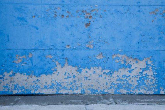 Comment rénover une peinture qui s'écaille?