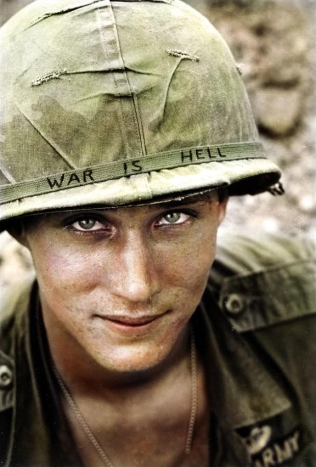 """""""Vojna je pekel"""" piše na čeladi ameriškega vojaka v Vietnamu, 1965 (foto: klassixx/Reddit)"""