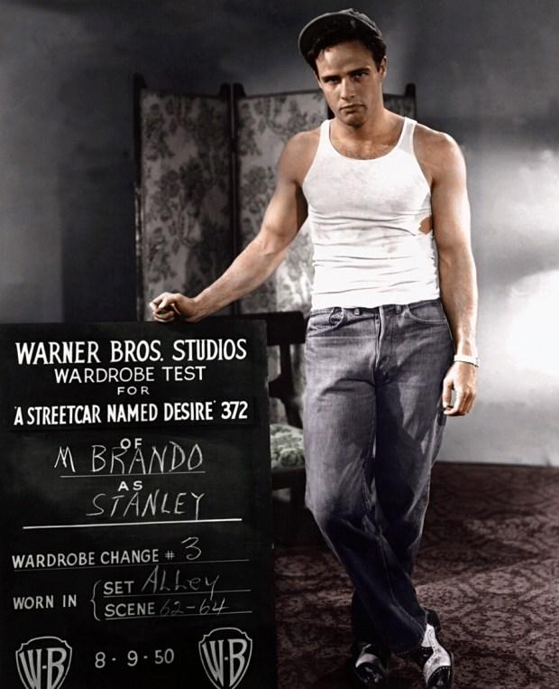 Marlon Brando med preizkušanjem oblek, 1950 (foto: Edvos/Reddit)