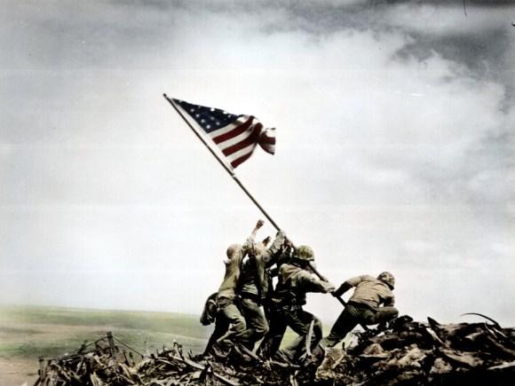 Dviganje ameriške zastave na Iwo Jimi (foto: zuzahin/Reddit)
