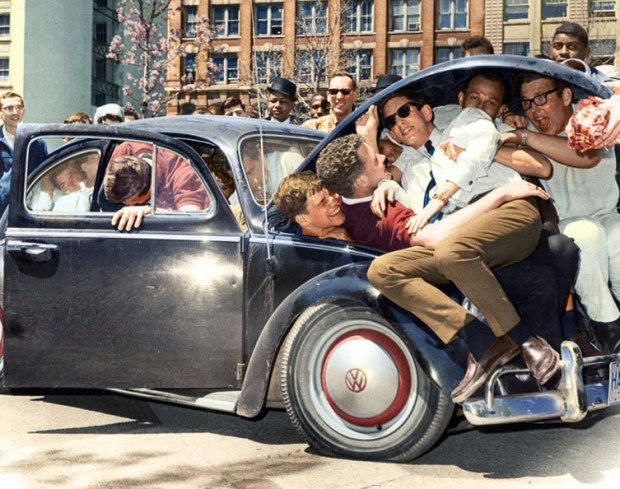 Študentje v San Franciscu se strpajo v Volkswagnov hrošč, cca 1965 (foto: ExtraNoise/Reddit)