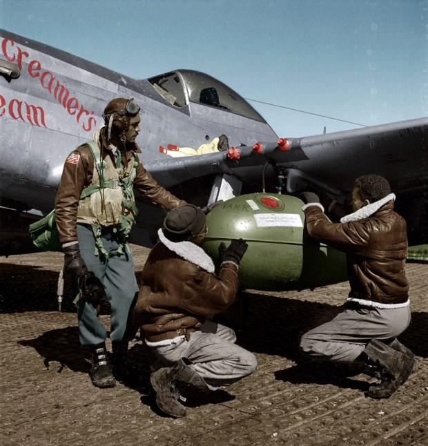 Ameriški piloti ob letalu P-51D, Ramitelli, Italija, 1945 (foto: Shorpy)