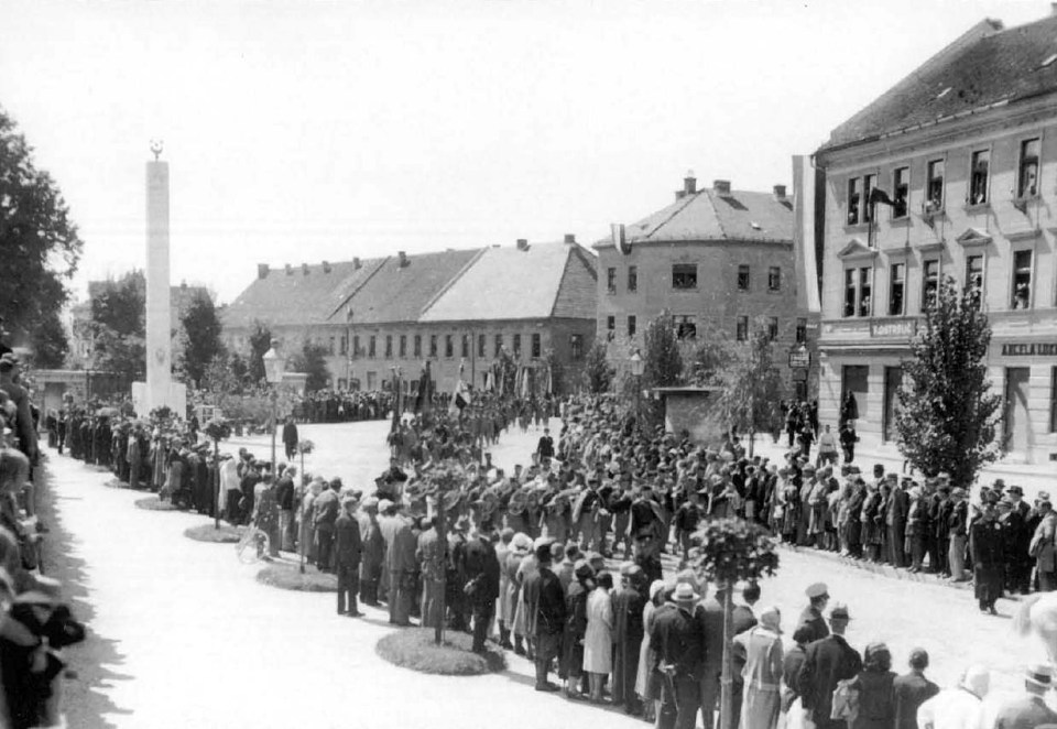 1929 - proslava ob odkritju ilirskega stebra na Napoleonovem spomeniku