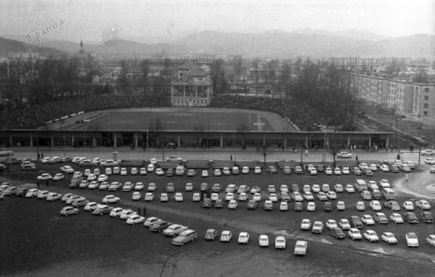 1964 - parkirišče pred bežigrajskim stadionom na dan tekme