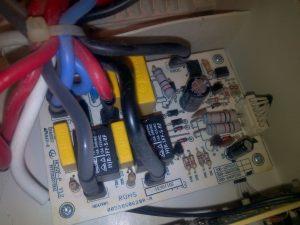 Platine avec le condensateur jaune fautif en haut à droite