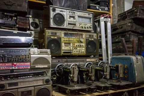 Vieilles radios et machines à coudre