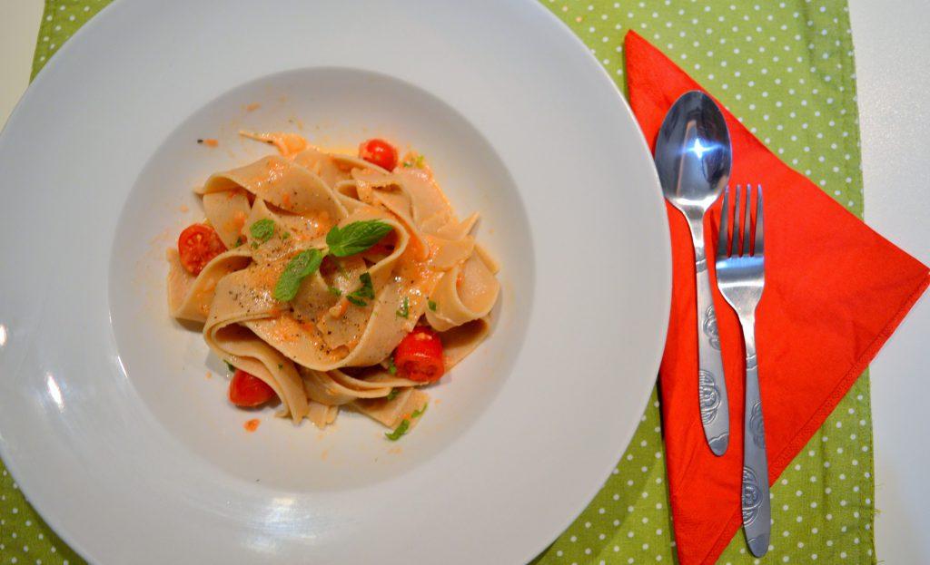 Παπαρδέλες ολικής με κόκκινη σάλτσα, μοτσαρέλα και βασιλικό