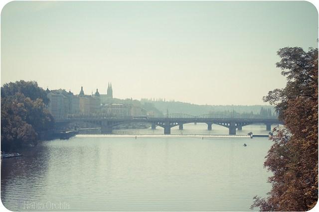 Praga y el Moldava, de buena mañana.