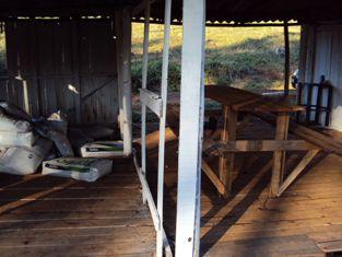 Mesa na qual eram servidas as refeições ficava  bem ao lado de agrotóxicos e adubos (SRTE/SC)