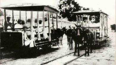 Photo of Bonde de tração animal passando em frente ao cemitério São José, no Prado. Foto do início do século XX