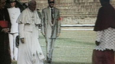 Photo of Olha só o papa João Paulo II pisando no gramado do estádio Rei Pelé.