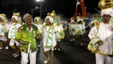 Photo of Drama do Império Serrano e críticas políticas marcam o primeiro dia de desfiles da Série A