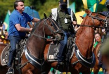 Photo of Bolsonaro vai cavalo a ato de apoiadores em Brasília; Assista!