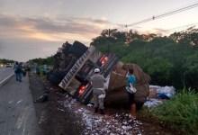 Photo of Caminhão tomba e deixa motorista ferido na AL-101 Sul, em Marechal Deodoro