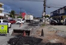 Photo of Prefeitura realiza manutenção de pavimento na Avenida Juca Sampaio