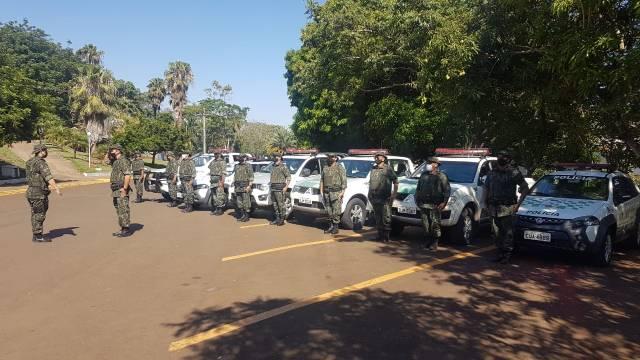 Policiais em forma durante apresenta da tropa