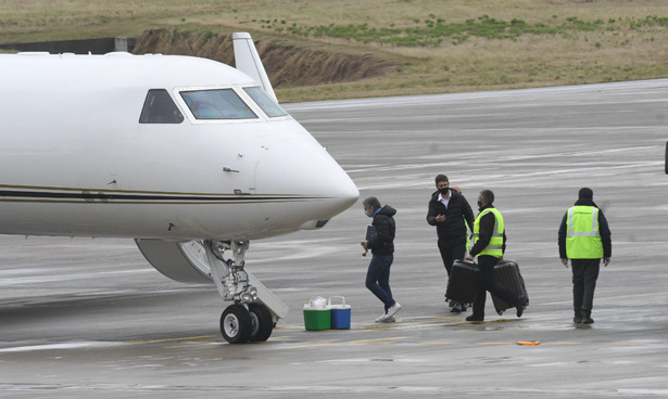Lionel Messi's Father Pictured Boarding Private Jet Over Son's Barcelona Exit