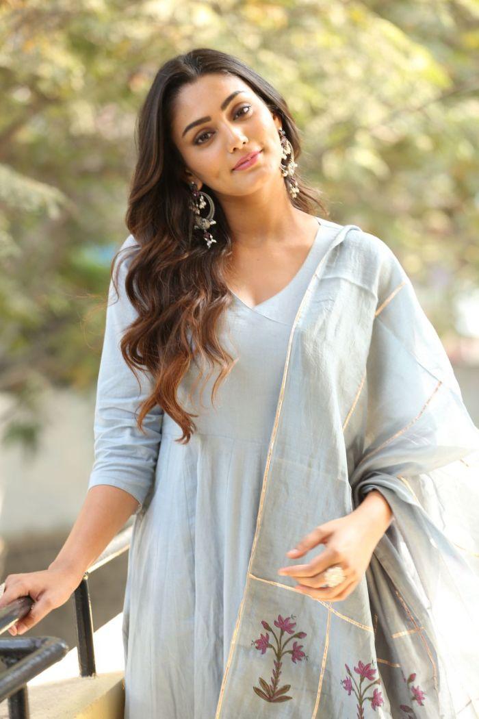 Sana Makbul Hot Shorts Pictures New Hd Wallpapers